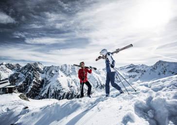 Zwei Skifahrer am Pitztaler Gletscher